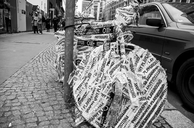 zabalené kolo v novinách