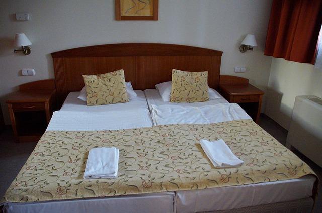 manželská postel se stolky