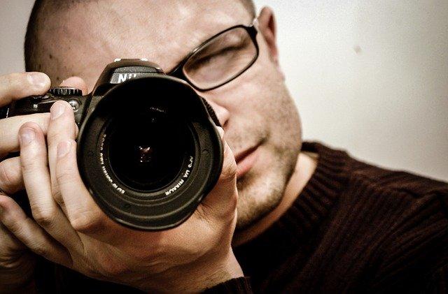 brýlatý fotograf