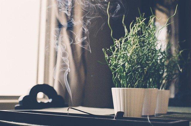 kouř z vonné tyčinky
