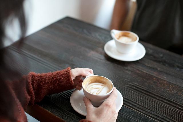 dvě kávy na stole