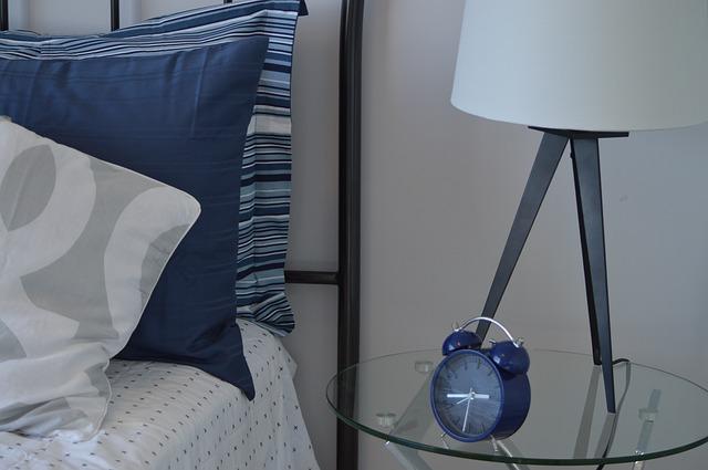 noční stolek s lampičkou.jpg